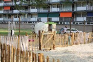 Voor de bewoners van de flat gezellig een strand en mijn de caravan